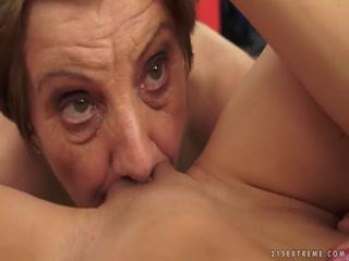 Секс видео с молодой девушкой, которая лижет