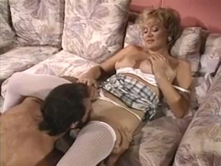 Порно видео онлайн о том, как мужик ебет зрелую блондинку и кончает ей на сиськи