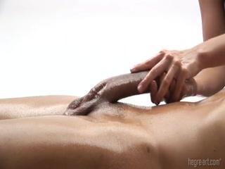 Секс массаж с красивой женщиной закончился оргазмом для нее и ее мужчины дома на диване в гостиной