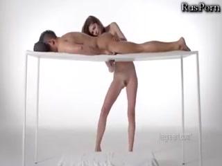 Русское порно с молодыми девушками и парнями дома на диване в гостиной комнате