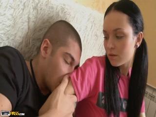 Девушка в чулках сосет и дает себя выебать парню дома на кровати, получая оргазм